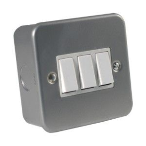 Metalclad 10 Amp 3 Gang 2 Way Switch.